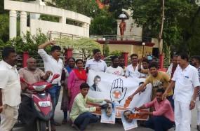 सुब्रमण्यम स्वामी की तस्वीर पर पोती कालिख, राहुल के खिलाफ टिप्पणी से कांग्रेस में उबाल