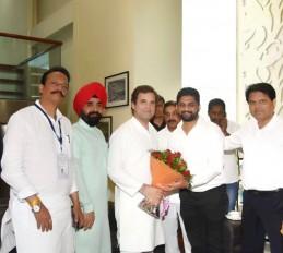 इस्तीफा वापस लेने की मांग को लेकर राहुल से मिले युवा नेता