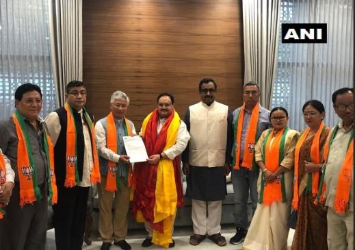 सिक्किम में बीजेपी ने लगाई सेंध, डेमोक्रेटिक फ्रंट के 10 विधायक बीजेपी में शामिल