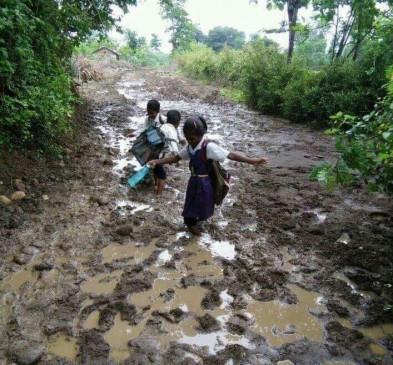 कीचड़ में गिरते संभलते स्कूल पहुंचते हैं बच्चे, सैकड़ों गांवों में स्कूल तक पहुंचने के लिए नहीं सड़क