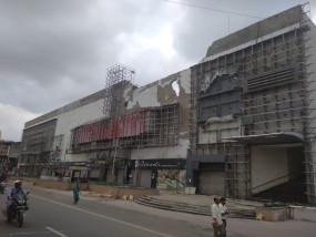 पोकलेन से पूनम मॉल तोड़ने पहुंचा प्रशासन, दीवारों को तोड़ने करने पड़ रही मशक्कत