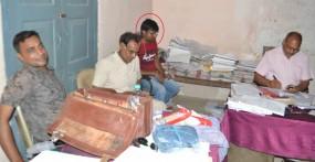 लिपिक और पान विक्रेता रिश्वत लेते गिरफ्तार, विवाह योजना का लाभ दिलाने मांगे थे पांच हजार