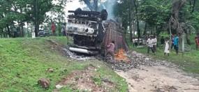 शराब से भरा ट्रक पलटा , लगी आग, जान जोखिम में डाल ग्रामीणों ने बटोरी शराब
