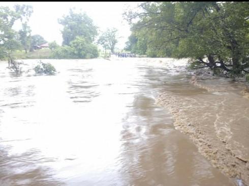 वर्षा का कहर दीवार ढ़ही ,एक की मौत, मंडला के कई मार्ग बंद ,नदी नाला उफान पर
