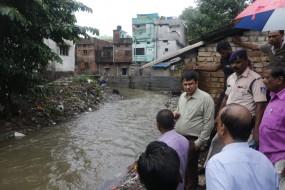 जबलपुर के निचले क्षेत्रों में जल प्लावन की स्थिति, कलेक्टर ने किया प्रभावित क्षेत्र का निरीक्षण