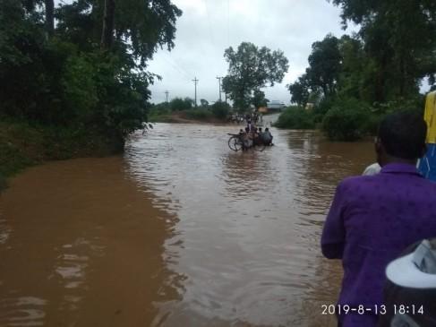बारिश के बाद नदी और नाले उफान पर, एक दर्जन गांव का संपर्क टूटा