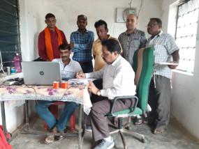 पांच हजार रुपये रिश्वत लेते सचिव, रोजगार सहायक गिरफ्तार