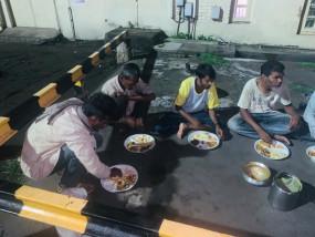 रेलवे स्टेशन में रोज रात भोजन के पैकेट लेकर पहुंंचती है युवाओं की टोली