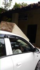 बाल - बाल बचीं लोक अभियोजन अधिकारी ,भवन का पाया गिरने से कार हुई क्षतिग्रस्त