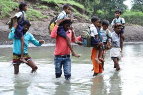 जान हथेली पर रखकर स्कूल चले हम, पार करना पड़ता है बरसाती नाला