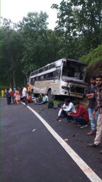 बेलगाम बस अनियंत्रित होकर पलटी, 12 यात्री घायल