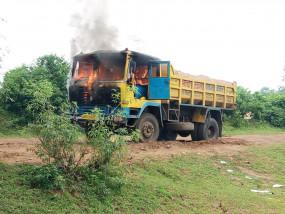 छात्रा को कुचलने वाले डम्पर को ग्रामीणों ने किया आग के हवाले ,कर रहे प्रदर्शन