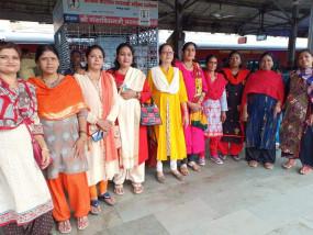 डेढ़ लाख राखियां लेकर भाजपा की महिला कार्यकर्ता मुंबई रवाना, मुख्यमंत्री को बांधेंगी राखियां