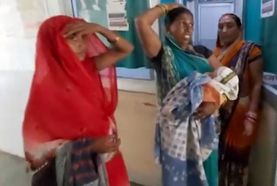 नवजात शिशु बदलने का आरोप, परिजनों ने किया जिला अस्पताल में हंगामा