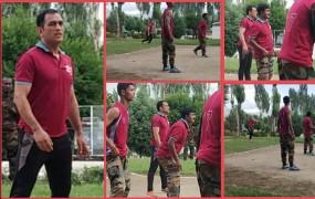आर्मी के साथ वॉलीबॉल खेलते नजर आए लेफ्टिनेंट कर्नल धोनी, देखें वीडियो