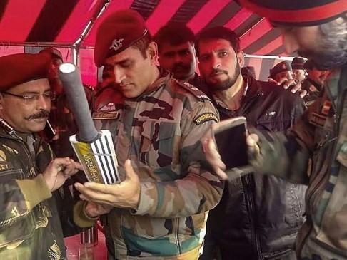 कश्मीर में बल्ले पर ऑटोग्राफ देते धोनी की तस्वीर वायरल
