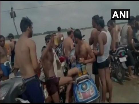 हापुड़: गंगा घाट पर कांवड़ियों की शराब पार्टी, पुलिस बोली- होगी कार्रवाई