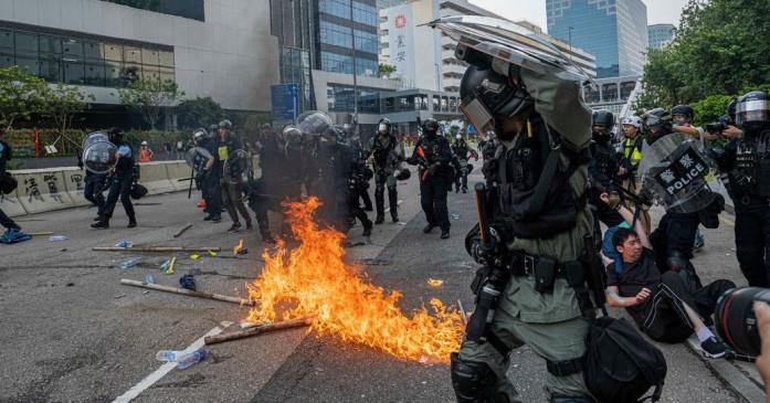 हांगकांग में प्रदर्शन के दौरान हिंसक झड़प, पुलिस ने 29 को किया गिरफ्तार