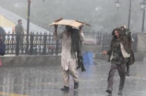 हिमाचल में भारी बारिश का कहर, भूस्खलन-सड़कें टूटने से सैकड़ों लोग फंसे