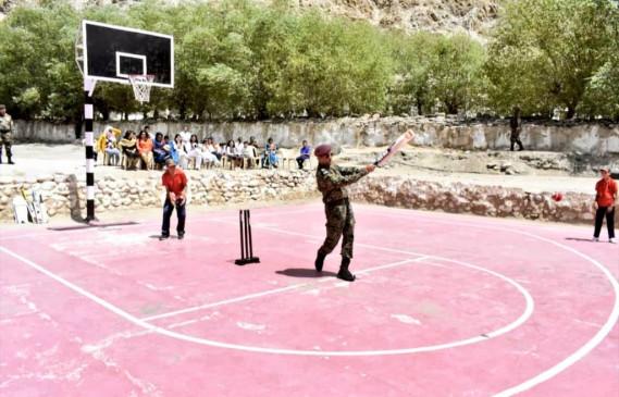 महेंद्र सिंह धोनी ने लेह में बच्चों के साथ खेली क्रिकेट, फोटो वायरल