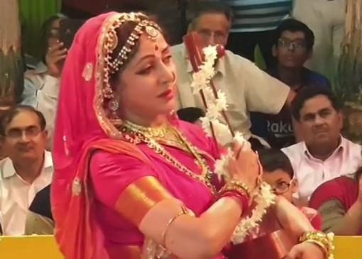 मथुरा: हरियाली तीज के मौके पर हेमा मालिनी ने राधा रमण मंदिर में किया नृत्य
