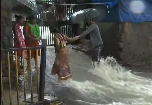 मुंबई में भारी बारिश, स्कूल-कॉलेज बंद, 48 घंटे का रेड अलर्ट