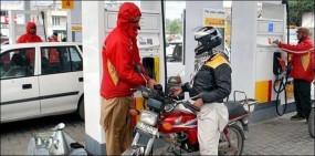 पाकिस्तान में पेट्रोल की कीमतों में लगी आग, बढ़कर हुई 117.83 रुपये प्रति लीटर हुई
