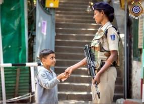 CRPF कर्मी से हाथ मिलाते बच्चे की तस्वीर ने जीता सबका दिल