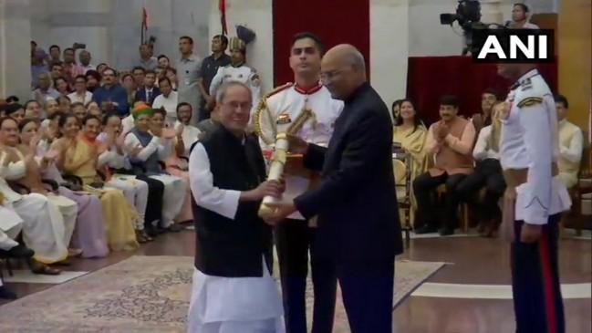 प्रणब मुखर्जी को मिला भारत रत्न, नानाजी देशमुख, भूपेन हजारिका मरणोपरांत सम्मानित