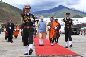 भूटान में मोदी को दिया गया गार्ड ऑफ ऑनर, भारतीय समुदाय ने किया स्वागत