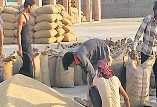 कृषि मंडी में हंगामा- किसानों का शोषण , एक बोरी की तुलाई सात रुपए, व्यापारी वसूल रहे 12 रुपए