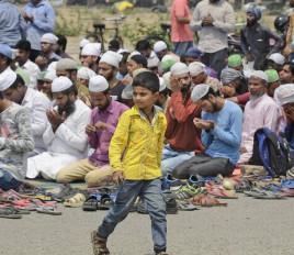 एमआईएम विधायक के सड़क पर नमाज पढ़ने पर बवाल, कश्मीरियों के लिए मांगी दुआ