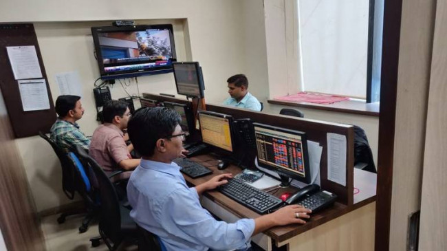 गिरावट में बंद हुआ शेयर बाजार, सेंसेक्स 267.64 और निफ्टी 98.30 अंक लुढ़का