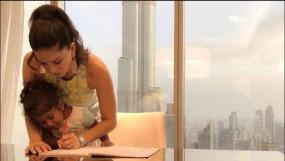 बेटी को होमवर्क पूरा करने में मदद करती दिखीं सनी लियोनी