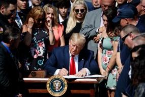 अमेरिकी राष्ट्रपति डोनाल्ड ट्रंप ने 2 वर्षीय बजट सौदे पर किए हस्ताक्षर
