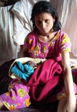 दुर्गम गांव में काली-अंधेरी बरसात की रात में महिला ने दिया स्वस्थ शिशु को जन्म