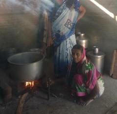 चूल्हों पर पक रहा पोषक आहार, महिलाओं को धुंआमुक्त करना दूर का सपना