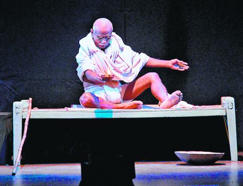 त्रिदिवसीय कराडे नाट्य महोत्सव : फांस में दिखी किसानों की पीड़ा, बापू में गांधीजी का अकेलापन