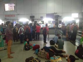 दीपावली के लिए अभी से ट्रेनें हाउसफुल , पुणे, मुंबई की ट्रेनों में नो रूम