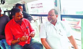 बायो-सीएनजी से चलने वाली आपली बस में राज्य के पशुसंवर्धन मंत्री जानकर ने किया सफर