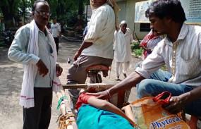 एंबुलेंस न मिलने से बीच रास्ते में हुई महिला की डिलीवरी, घंटे भर बाद तोड़ा दम