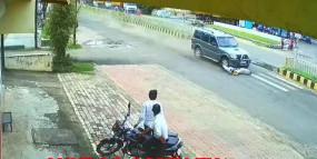 बदला लेने बाइक चालक पर चढ़ा दी स्कार्पियो, लोगो ने वाहन में की तोड़फोड़
