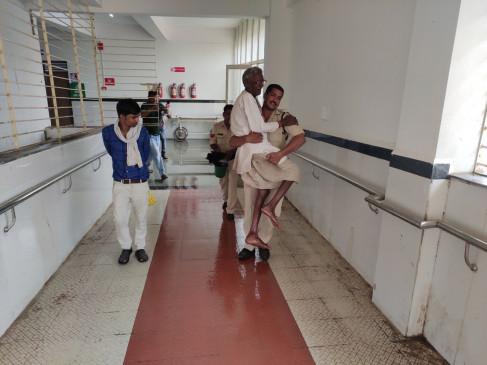 नहीं देखा होगा पुलिस का यह रूप : वृद्ध को गोद में लेकर कराया अस्पताल में भर्ती,बेटों की तरह की सेवा