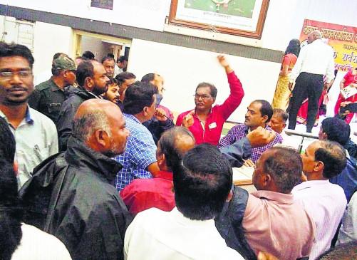 एक साल पहले मनपा कर्मचारियों के वेतन से काटी गई 18 करोड़ की राशि अब तक बैंक नहीं पहुंची