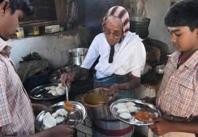 तमिलनाडु: 80 साल की ये बुजुर्ग महिला 30 साल से लोगों को फ्री में खिला रही इडली सांभर