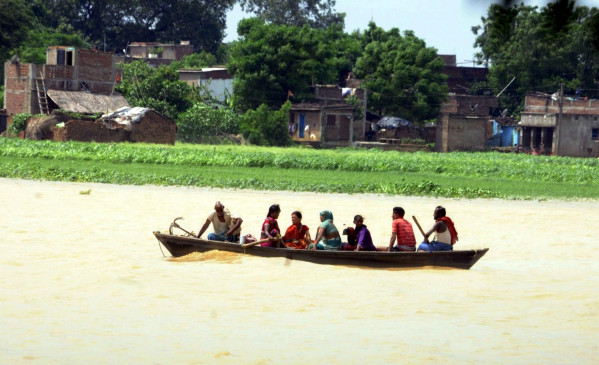 बिहार : पटना में सड़कों पर उतरी नाव