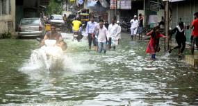 बारिश का कहर, नीमच के रामपुरा कस्बे की गलियों में चल रही नौका