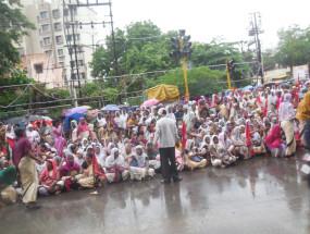 भरी बरसात में पालकमंत्री के घर के सामने जा धमकीं आशा सेविकाएं, धरना -प्रदर्शन
