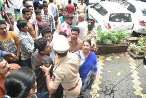 एनसीपी कार्यकर्ताओं का ईडी दफ्तर पर प्रदर्शन, पुलिस ने किया लाठीचार्ज