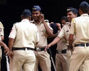 पुलिस वालों ने रंगरेलियां मनाने मांगी लड़कियां और रिश्वत, ब्यूटी पार्लर में छापा मारकर धमकाया